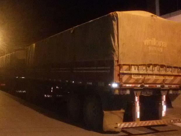 Em Barra do Garças, carga foi apreendida após blitz da polícia (Foto: Divulgação/Polícia Militar)