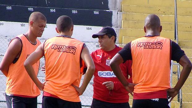 José Macena e jogadores do Paulista de Jundiaí  (Foto: Divulgação/Paulista)