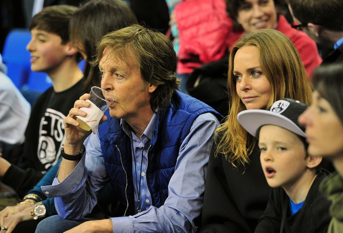 Paul McCartney torcida jogo NBA em Londres (Foto: Getty Images)