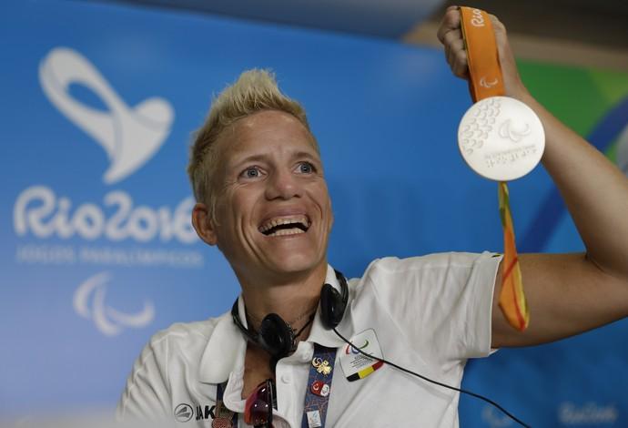 Descrição da imagem: sorrindo, Marieke exibe sua medalha de prata (Foto: AP Photo/Leo Correa)