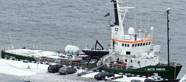 Foto divulgada pelo Greenpeace mostra o barco Arctic Sunrise neste domingo (20) ancorado na cidade russa de Murmansk. (Foto: AP)