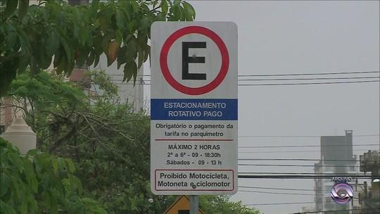 Motoristas pagam estacionamento rotativo suspenso em Itajaí por parquímetros ativos