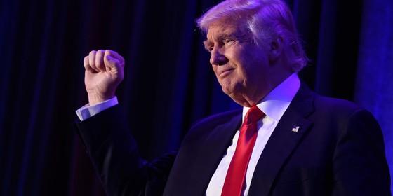 O presidente eleito dos EUA, Donald Trump, chega ao New York Hilton Midtown, em Nova York (Foto: SAUL LOEB/AFP)