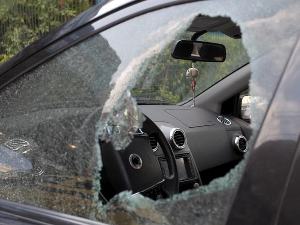 Tiro estourou a janela do carro do engenheiro (Foto: Bruno Gonzalez / EXTRA / Agência O Globo)