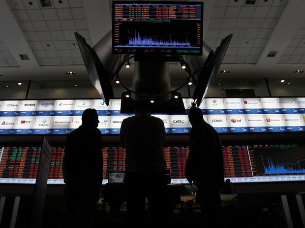 24/08/2015 - Corretores são vistos na bolsa de valores de São Paulo (Bovespa) (Foto: Miguel Schincariol/AFP)