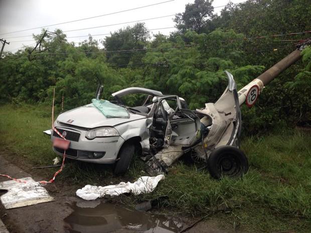 Carro capotou e atingiu poste de luz (Foto: Tatyana Jorge / TV Tribuna)