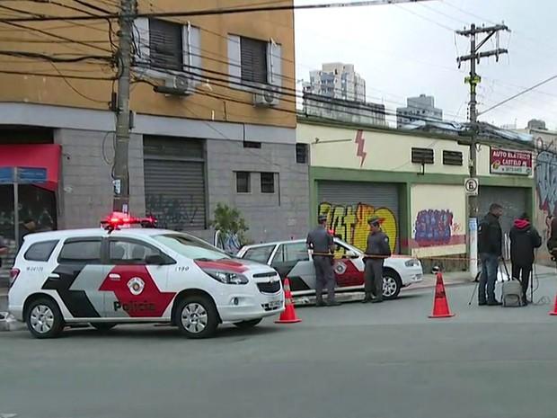 Homem morre após ser baleado na cabeça na Lapa (Foto: Reprodução TV Globo)