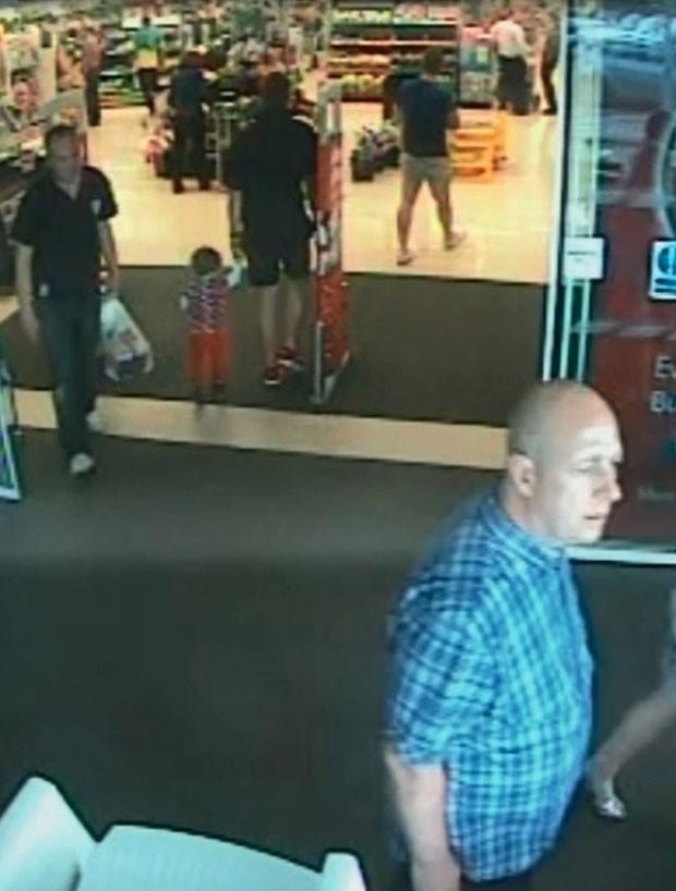 Alan Knight foi flagrado por câmeras em supermercado (Foto: South Wales Police/AP)