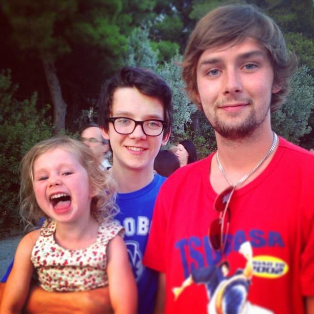 Asa Butterfield com os irmãos Mason e Loxie (Foto: Reprodução/Instagram)