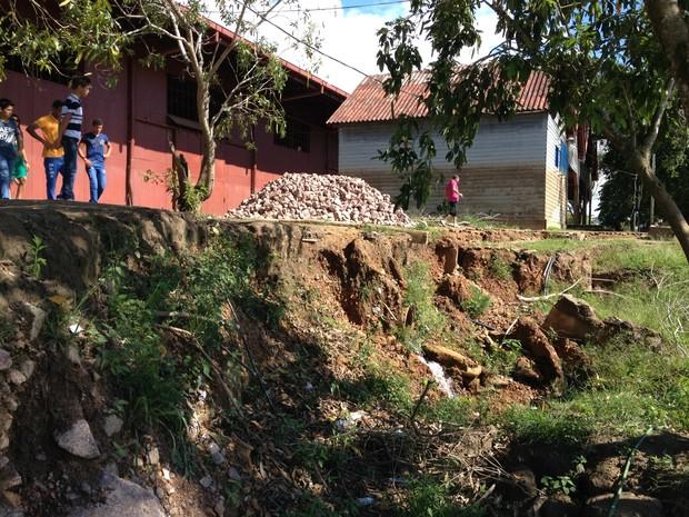 Pedras para contenção foram deixadas no deck da Estrada de Ferro Madeira Mamoré (Foto: Gaia Quiquiô/G1)