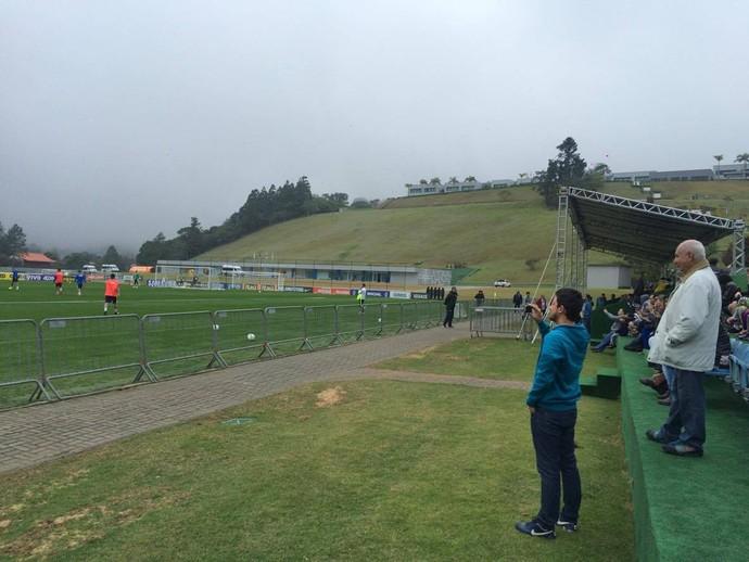 Torcedores tiveram a oportunidade de ficar perto dos jogadores em Teresópolis (Foto: Gustavo Garcia/GloboEsporte.com)