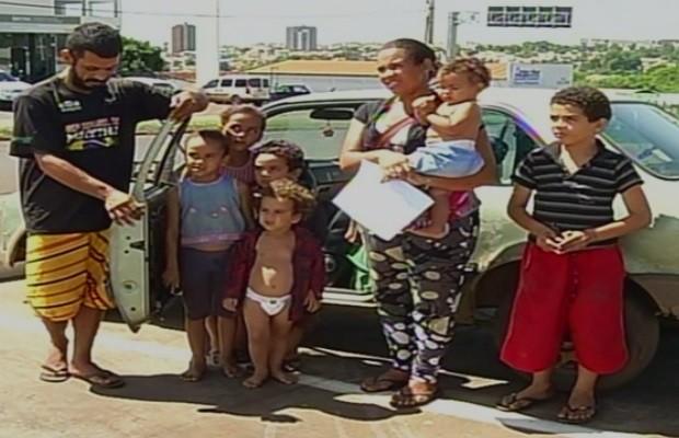 Casal com seis filhos mora há três meses dentro de carro, em Goiás (Foto: Reprodução/TV Anhanguera)