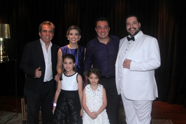 Tiago Abravanel com a aniversariante e sua família (Foto: Thiago Duran/AgNews)