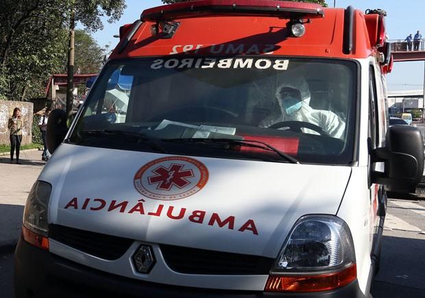 O missionário de 47 anos chegou em uma ambulância do SAMU vindo da Base Aérea do Galeão  (Foto: Fábio Tito/G1)