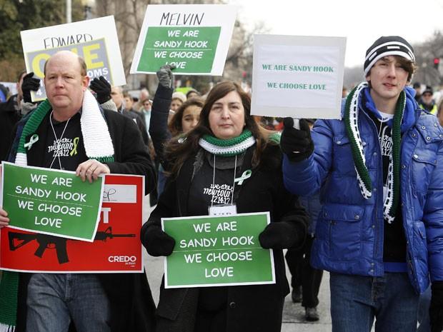 Moradores de Newtown, Connecticut, participam de marcha em Washington (Foto: AP)