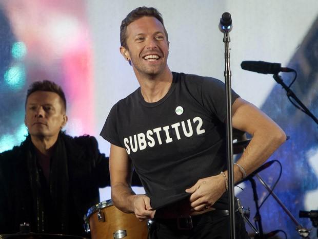 Chris Martin assumiu lugar do cantor Bono, do U2, na noite desta segunda (1º), em show surpresa na Times Square, em Nova York (Foto: REUTERS/Carlo Allegri)