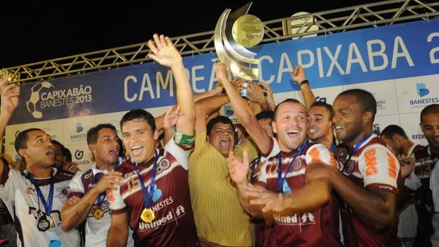Jogadores da Desportiva Ferroviária comemoram o título capixaba de 2013 (Foto: Vitor Jubini/A Gazeta)
