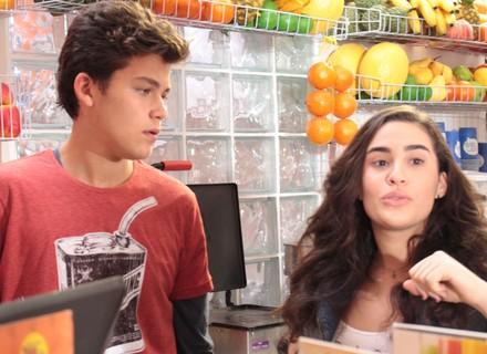 Júlia dá uma trollada em Artur