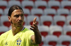 Ibrahimovic no treino da Suécia (Foto:  REUTERS/Eric Gaillard)