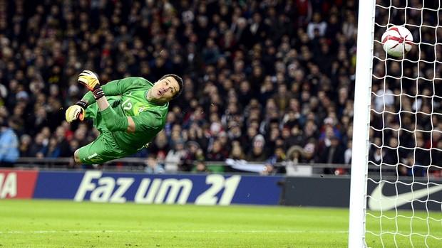 Julio Cesar leva gol amistoso Brasil x Inglaterra (Foto: AFP)