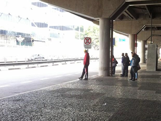 Pontos de ônibus têm movimentação tranquila (Foto: Letícia Mendes/G1)
