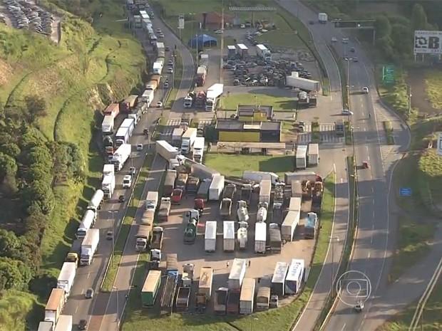 Protesto de caminhoneiros prejudica trânsito na Fernão Dias, em Minas. (Foto: Reprodução/TV Globo)