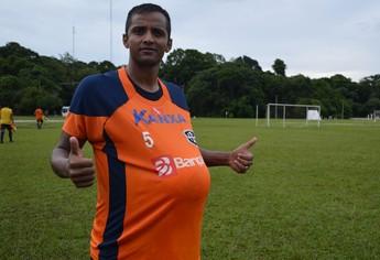 Leandro Chocolate comemorou gol com a bola por baixo da camisa, em homenagem à sua esposa, que está grávida. (Foto: Weldon Luciano/GloboEsporte.com)