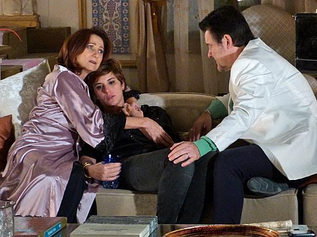 Aisha recebe o carinho de Berna e Mustafa (Foto: Salve Jorge/TV Globo)