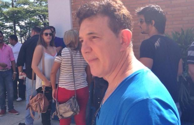 Paulino, da dupla Di Paullo e Paulino faz questão de ir ao velório do pai de Leonardo em Goiânia, Goiás (Foto: Luísa Gomes/G1)