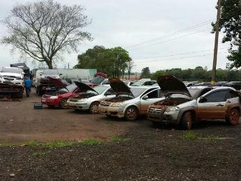 Motoristas tentaram desviar da fiscalização na BR-277 por uma estrada rural (Foto: PRF/ Digulgação)
