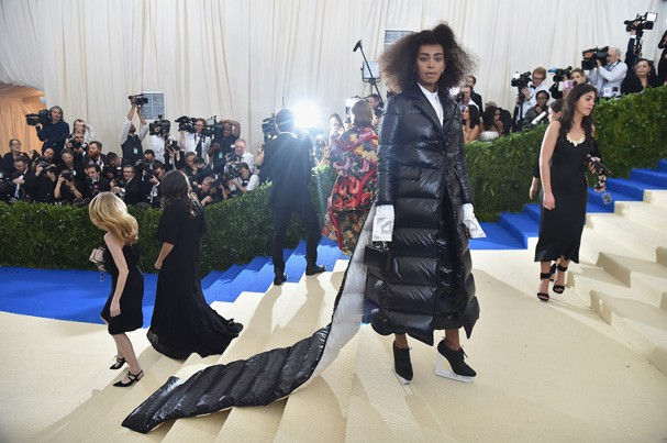 """NEW YORK, NY - MAY 01:  Solange attends the """"Rei Kawakubo/Comme des Garcons: Art Of The In-Between"""" Costume Institute Gala at Metropolitan Museum of Art on May 1, 2017 in New York City.  (Photo by Theo Wargo/Getty Images For US Weekly) (Foto: Getty Images For US Weekly)"""