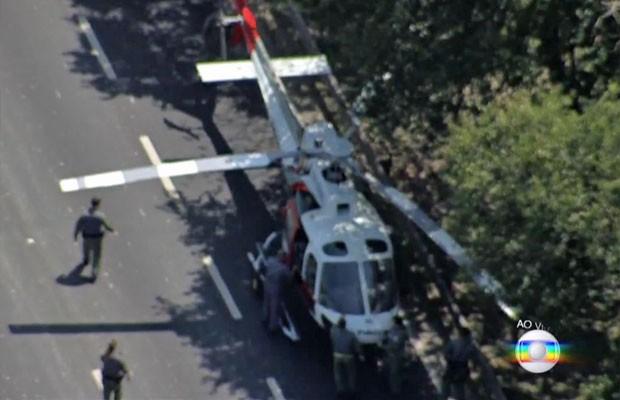 Técnicos conseguiram arrastar o helicóptero para o canto da pista da Marginal Pinheiros (Foto: TV Globo/Reprodução)