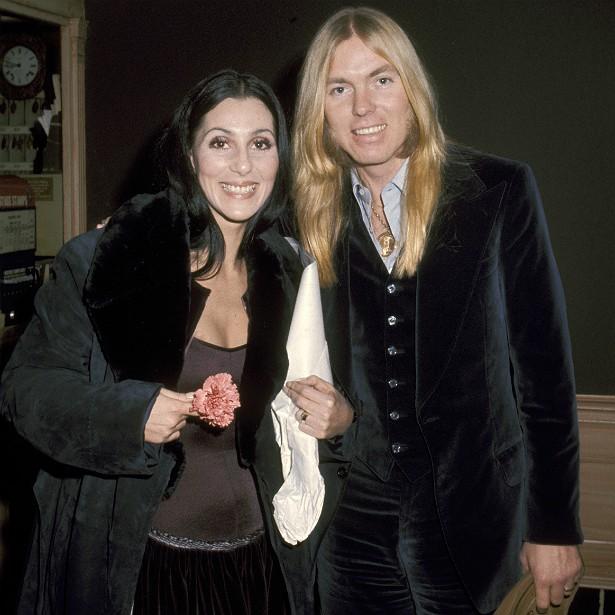 A deusa do pop, Cher, se casou com o roqueiro Gregg Allman em 30 de junho de 1975. Dez dias depois, a cantora pediu o divórcio. Os dois ainda voltaram a se entender e chegaram a fazer um álbum juntos, mas o amor mesmo já havia acabado. O processo de divórcio foi concluído em 1979. (Foto: Getty Images)