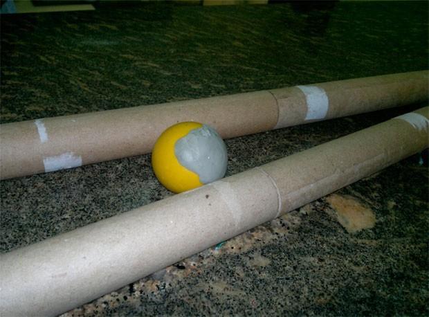 PM apreendeu uma bola de sinuca com pólvora dentro e quatro lançadores de rojão (Foto: Divulgação/Polícia Militar do RN)
