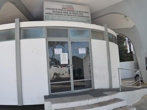 Porta da 3ª Delegacia Distrital foi quebrada a pedradas (Foto: Walter Paparazzo/G1)
