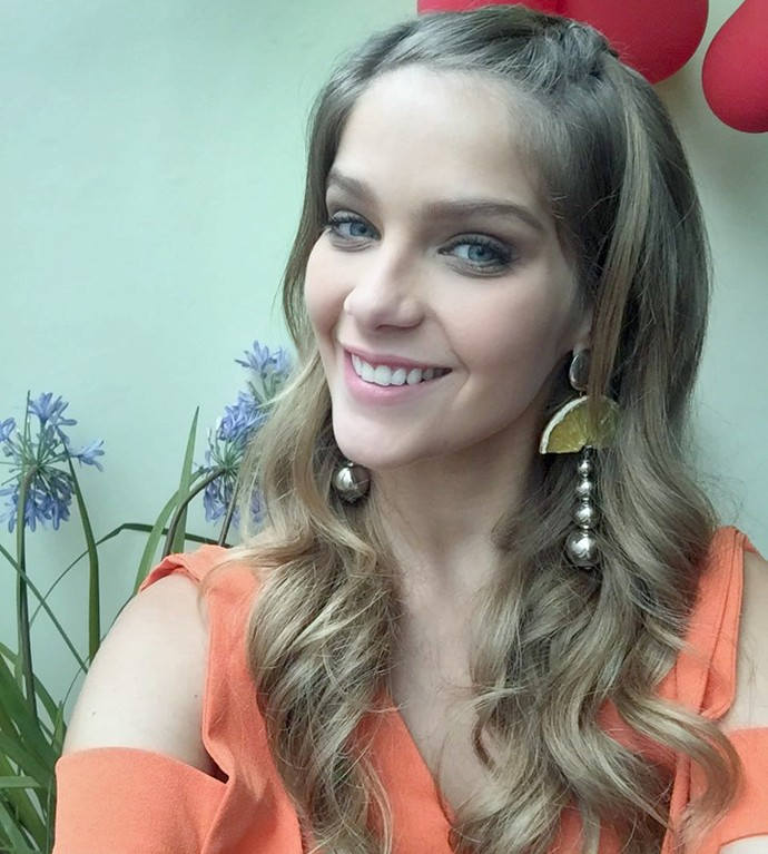 Isabella Santoni tira selfie nos bastidores do Encontro (Foto: Gshow)