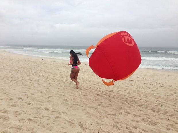 Lorena Bueri treina na praia da Barra da Tijuca (Foto: Dilson Silva / Agnews)