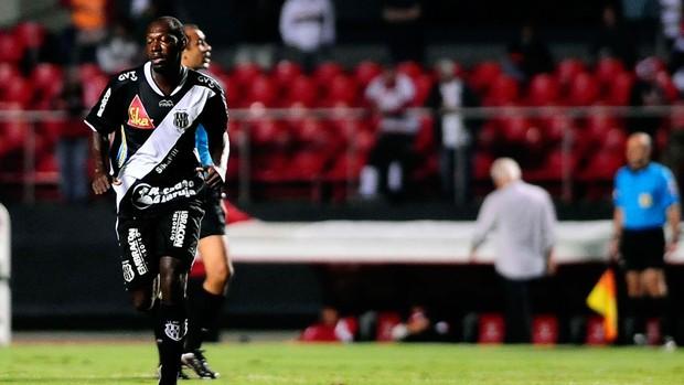 Somália gol Ponte Preta (Foto: Marcos Ribolli / Globoesporte.com)