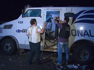 Perícia analisa carro-forte que teve porta destruída por bomba durante assalto em Araras (Foto: Ely Venâncio/EPTV)