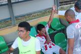 Jogador sofre falta dura, desloca o ombro e o recoloca de volta; assista