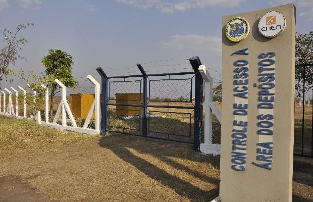 Entrada do depósito onde estão armazenadas as 40 mil toneladas de rejeitos do acidente com césio-1367, em Goiânia, Goiás (Foto: Adriano Zago/G1)