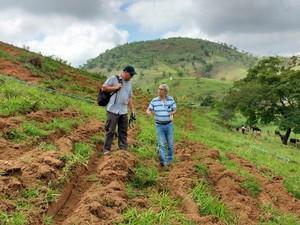 Biólogo alemão Dietmar Satler em conversa com pesquisador da Pesagro - RJ (Foto: Divulgação / Rio Rural)