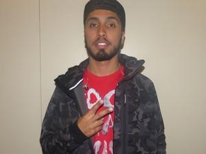 O rapper Rashid posa nos bastidores do Esquenta! (Foto: Gabriella Dias/Gshow)