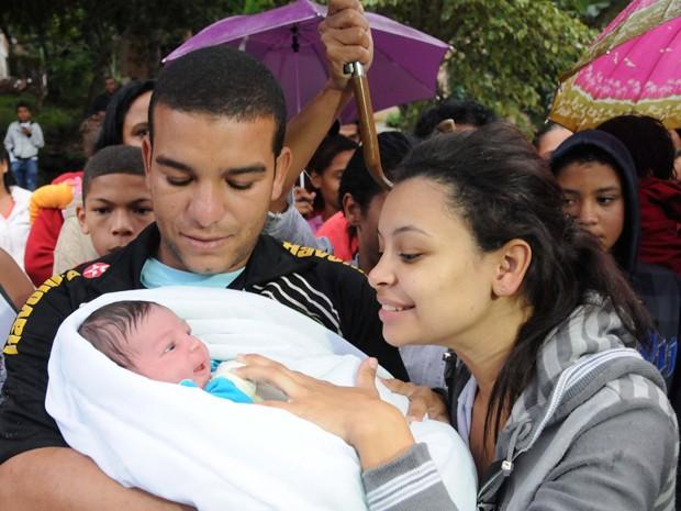 Mãe reecontra bebê sequestrado (Foto: Nina Lima / Agencia O Globo)