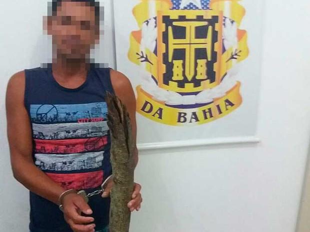 Homem com madeira que usou para matar sobrinho na zona rural de Serra Preta, na Bahia  (Foto: Diculgação/Polícia Civil)