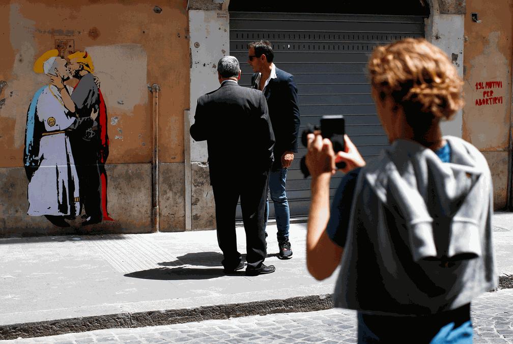 Grafite que retrata Trump e Papa Francisco se beijando gera polêmica em Roma (Foto: Tony Gentile/Reuters)