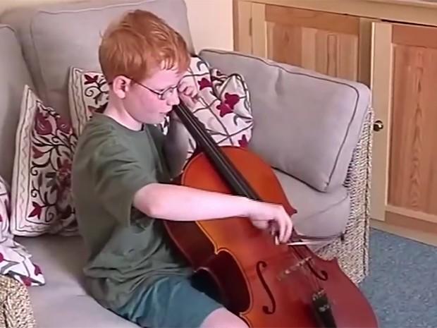O cantor também aprendeu a tocar violoncelo (Foto: Reprodução)