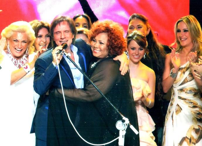 O Rei entre as divas no Especial Elas Cantam Roberto (Foto: TV Globo )