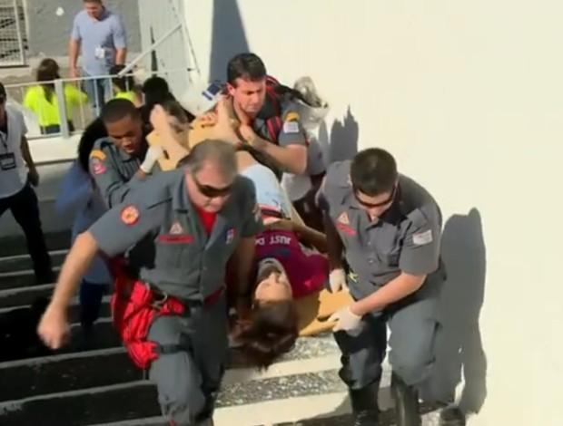 Torcedora é socorrida após cair da arquibancada treino portugal (Foto: Reprodução SporTV)