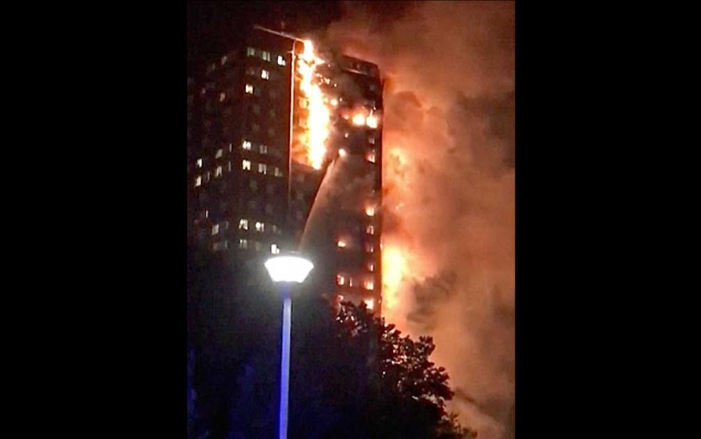Incêndio atinge prédio em Londres (Foto: (Celeste Thomas/@mamapie/Twitter via AP)